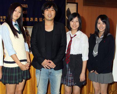左から、小篠恵奈、小林啓一監督、池田愛、藤原令子