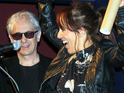 受賞に歓喜するイギリス人プロデューサー、イザベル・ステッド