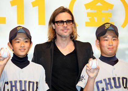 サインボールを野球少年たちにプレゼントしたブラッド・ピット