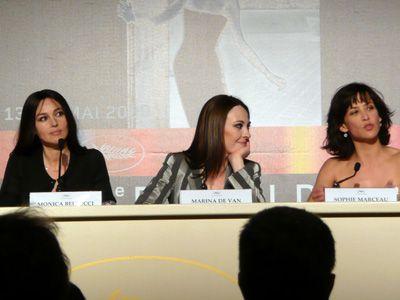 モニカ・ベルッチ(左端)とソフィー・マルソー(右端)。真ん中はマリナ・ドゥ・ヴァン監督