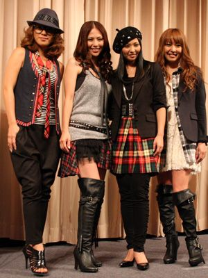 MAXのメンバーがREINAを祝福! - 左からLINA、NANA、MINA、REINA