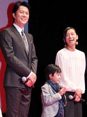 世界230の国・地域での配給に喜びを語った福山雅治と二宮慶多、尾野真千子(左から)