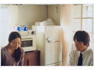 小さな嘘を重ね、悩む夫婦を演じる中谷美紀(左)、大森南朋