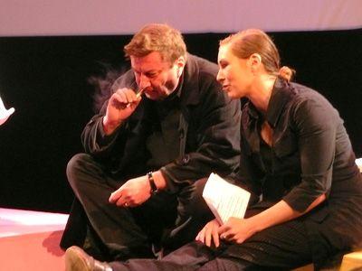 ステージ上で司会者に説得されているアキ・カウリスマキ監督