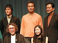 前列左から大林宣彦監督、新人の寺島咲、後列左から細山田隆人、勝野洋、大和田伸也