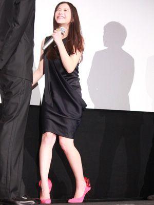 吉高由里子、セクシーな黒のドレスでおちゃめなポーズ!