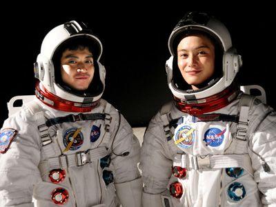 最後のスペースシャトル、アトランティスに搭載された南波六太役の小栗旬(左)と南波日々人役の岡田将生(右)の写真