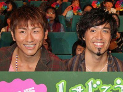 プロボクサーデビューを飾ったKUREI(左)をねぎらったISEKI(右)