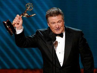 エミー賞授賞式にて、最優秀男優賞のアレック・ボールドウィン-「やりましたぁ~!」
