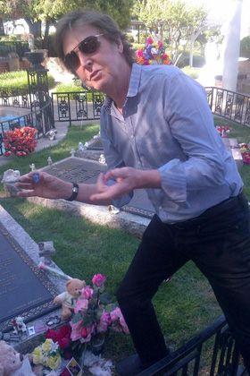 ピックは残していくよ - エルヴィス・プレスリーの墓参りをするポール・マッカートニー