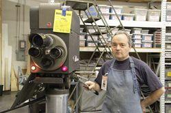 歴史の専門家のギャリーさん。監視カメラで作り直したアンティークカメラ