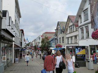 愛らしい白い建物が立ち並ぶハウゲスンのメインストリート