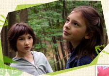 『ユキとニナ』場面写真(森の中のユキとニナ)