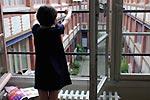 『ユキとニナ』場面写真(窓から外を眺めるユキ)
