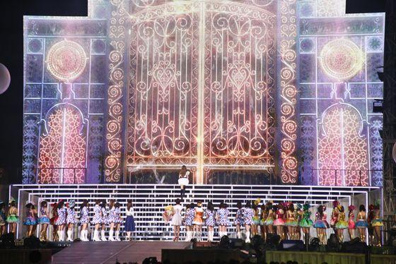 板野友美の卒業セレモニーに前田敦子と篠田麻里子 画像ギャラリー
